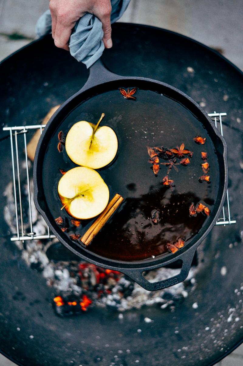 Foodfotografie en foodstyling magazinestijl, cider, pan, vuur, kaneel, steranijs