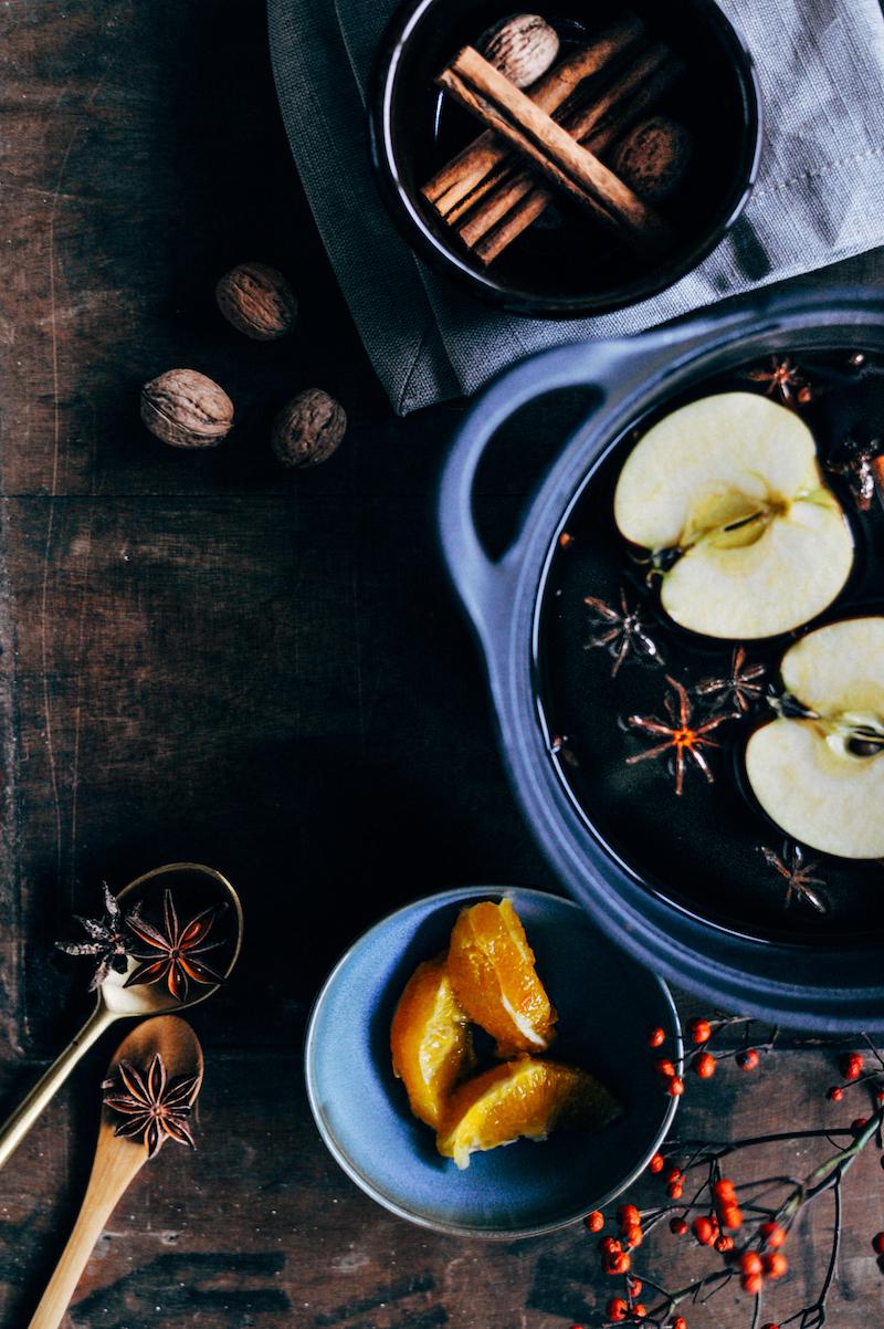 Foodfotografie en foodstyling magazinestijl, pan, appel, kruiden, anijs, sinaasappel, kaneel;