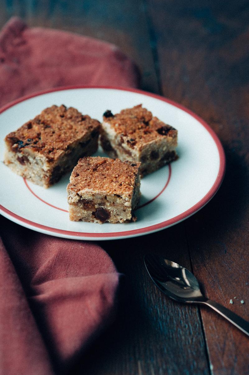 Foodfotografie gebakjes, noot, rozijnen, foodstyling, hout, koperen lepel