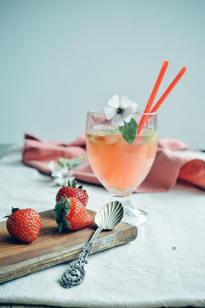 Foodfotografie drinks, juice, bloem, aardbei, roze, foodstyling